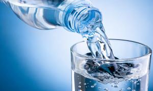 вода из бутылки в стакан