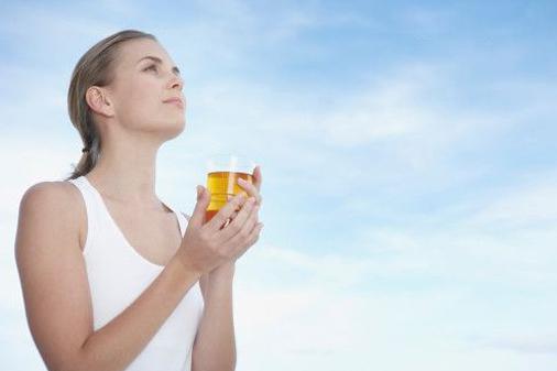 женщина со стаканом