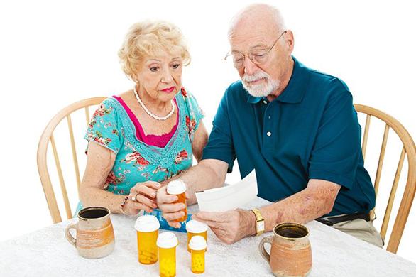 пожилые люди за столом