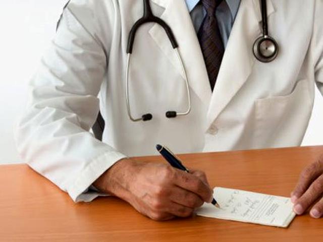 врач пишет авторучкой