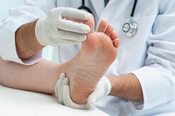 осмотр пальцев ног