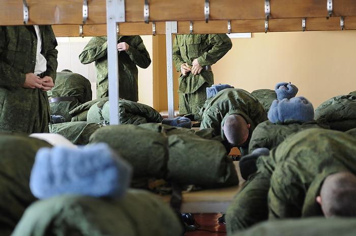 призывники одевают военную форму