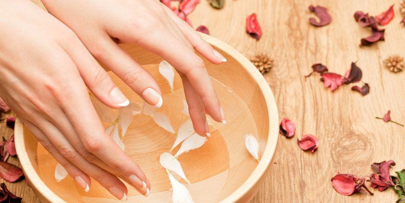 руки и тарелка