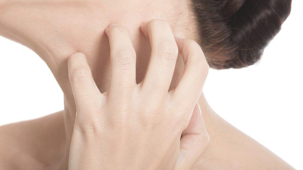 пальцы чешут шею
