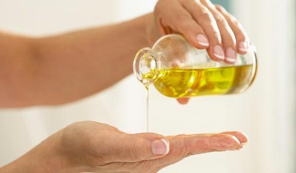 льёт масло из бутылки