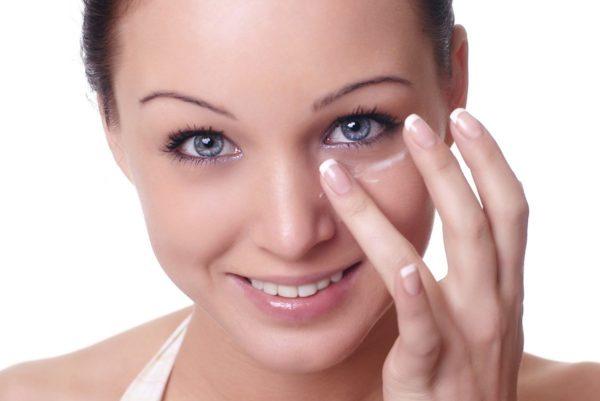 нанесение крема около глаз