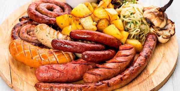картофель жареный и сосиски