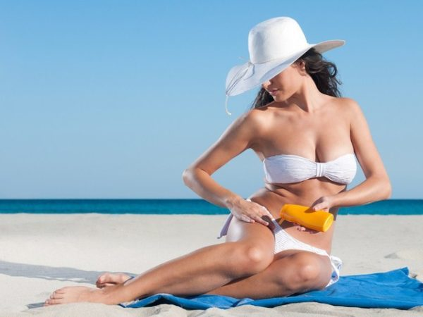 женщина в белой шляпе и бикини