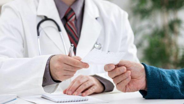 врач даёт бумажку пациенту