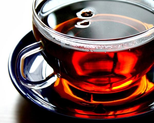 чёрный чай в кружке