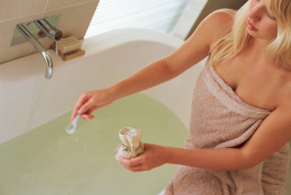 женщина сидит на краю ванны
