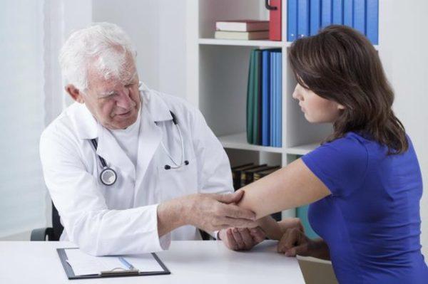 мужчина-врач и женщина-пациентка