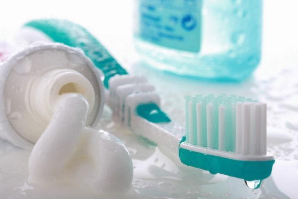 зубная щётка и тюбик зубной пасты