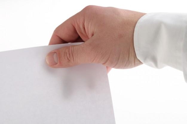 лист бумаги в руке